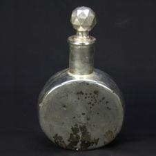 Flasche mit silberner Glocke
